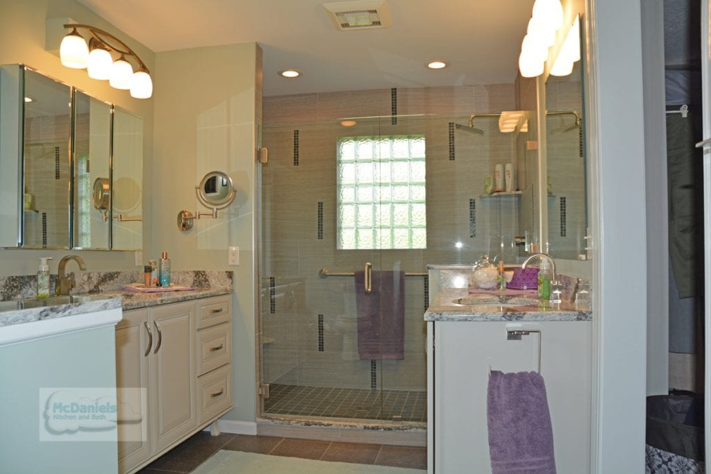 Alcove shower with hinged door